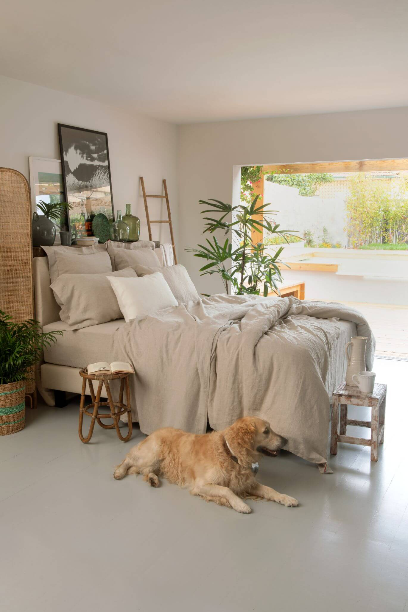 Sustainable bedroom with green accents and Marialma's hemp bed sheets