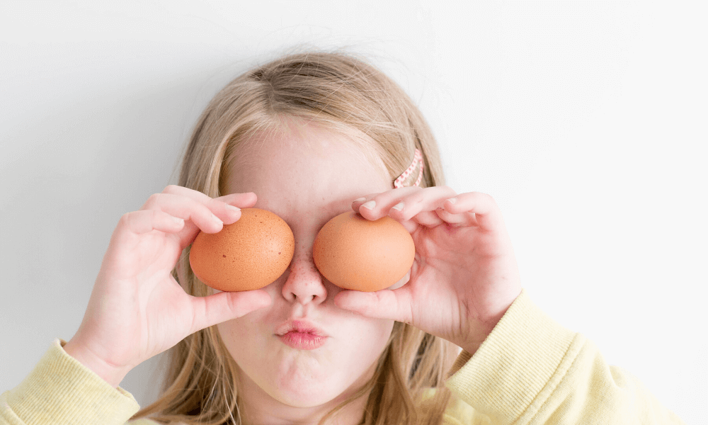 liitle girl with eggs